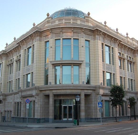 Городская архитектура. Связьинвестнефтехим   «Архитектура — выразительница нравов», Оноре де Бальзак.  Многие согласятся, что старые здания чудесны, а новые не вызывают никакой симпатии, особенно те, которые маскируются под старые. Почему так происходит? http://theloom.ru/city/estate/gorodskaya-arhitektura/#more-10724=-36570571_314