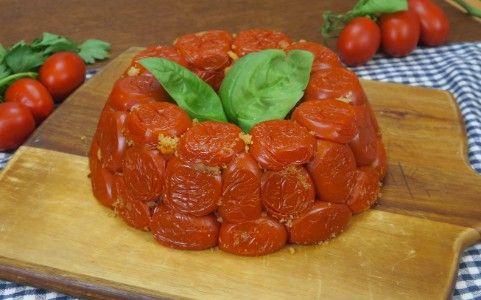 Gustoso e saporito, se siete amanti dei pomodori gratinati, questo è il timballo che fa per voi! INGREDIENTI 1Kg di pomodori 100g di pangrattato aglio prezzemolo sale olio d'oliva basilico 300g risotto al pomodoro parmigiano q.b. 200g provola PREPARAZIONE Tagliate i pomodorini in due e svuotateli dei semi. Riempiteli con pangrattato unito ad aglio, basilico, prezzemolo, sale, olio d'oliva e pepe. Infornate i pomodorini a 180° per 30 minuti. Una volta raffreddati, posizionateli ...