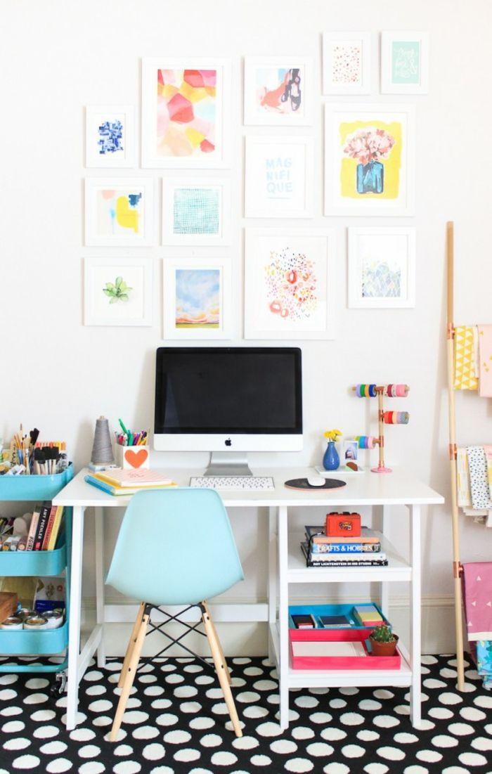 Luxury Arbeitszimmer Einrichtung viele Gem lden an der Wand schwarzer Teppich mit wei en Punkten wei er