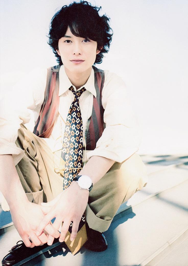 優しい表情の岡田将生