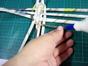 """Uma das técnicas mais conhecidas de artesanato com material reciclável é a cestaria em papel jornal.Com ela, você pode fazer muitos trabalhos interessantes: aqui ensinaremos como fazer um cesto simples, que parece feito de vime. [h2 type=""""2""""..."""