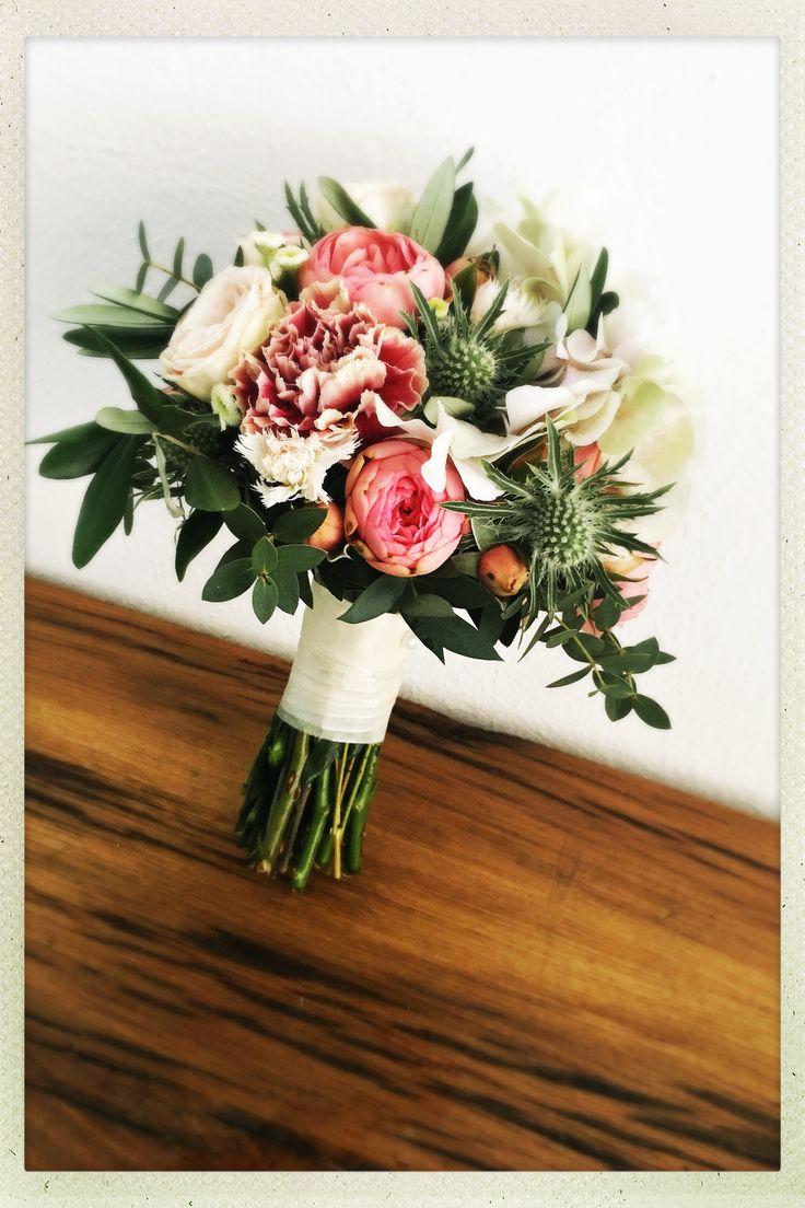 Brautstrauß in rosa Tönen – mit Freilandrosen, Nelken, Diestel, Eukalyptus & O… – Brautsträuße, Haarkränze & Anstecker Bräutigam