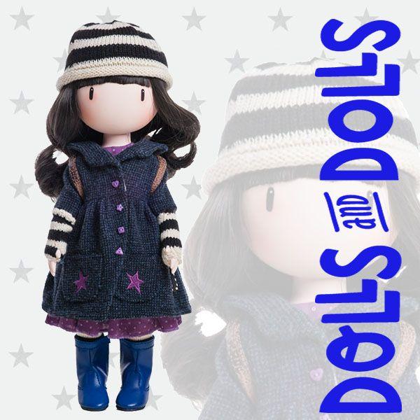 ¿Necesitas hacer un regalo y no se te ocurre nada? La muñeca #Toadstools de Paola Reina es perfecta. Lleva un abrigo azul ideal para el tiempo que se nos acerca. Cubre sus manos y antebrazos con unos mutones de punto y completa su look con una mochila marrón con una seta y un erizo. Al abrir su caja te sumergirás en un agradable perfume a rosas y madreselva.  #Dolls #muñecas #PaolaReina #Gorjuss #MuñecasSinBoca #GorjussGirls #SantoroLondon #SuzanneWoolcott #DollsMadeInSpain #MuñecasGorjuss