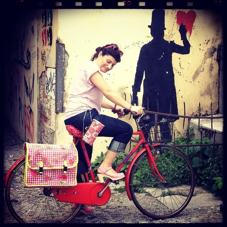#IlariaDiTeodoro #bike #kennyRandom Kenny Random comincia a dipingere graffiti negli anni ottanta, sui muri di #Padova, per poi iniziare a proporre alcuni disegni per linee di abbigliamento negli anni novanta in Regno Unito e Stati Uniti, fino a collaborare nella realizzazione delle campagne pubblicitarie per la casa produttrice di pattini Roces. #interno22.com®