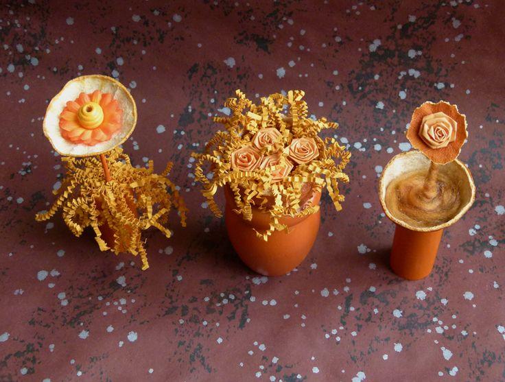 Voilà mon idée pour utiliser les clémentines que j'ai fait sécher ! Compositions florales dans les tons d'oranges, avec de la récup : cube en bois, pied (sommier) peint en orange, laine cardée, perle, tige en bois (mikado), fleur en papier et bandes de papier plié, (provenant d'une belle présentation de produits dans une boite).