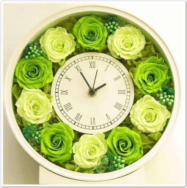 いつまでも色あせないフラワー時計。ブライダルの準備は盛り沢山!ウェディングで欠かせない感謝の気持ちを込めた両親へのプレゼントアイデア例です♡