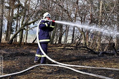 Oheň a vítr zaměstnávaly celé odpoledne hasiče, hořela tráva i ve strojírnách v Přerově