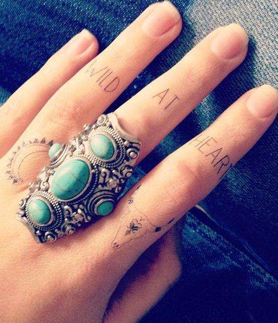 Les 25 meilleures id es de la cat gorie tatouages des doigts de crane sur pinterest petit - Tatouage sur les doigts ...