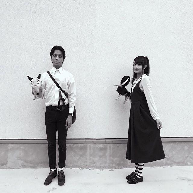 yoppy.worldいまからティムバートンのハロウィンコンサート行ってきます💀👻🎃 コスプレ推奨ってことだったから、フランケンウィニーのキャラクターになりきってみた😬 ・ #halloween #concert #fashion #timburton #frankenweenie  #知らない人から見たらただのゴスファッション😂 #人形連れて歩いてるとかやばいやつ #メイクも白塗りに黒くまメイクでやばい #街歩くの恥ずかしい #スパーキー #ビクター #ペルセポネ #エルザ #ペアルック #モノクロ写真