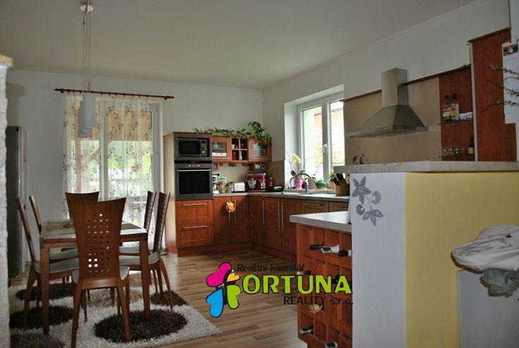Velká kuchyně s výstupem na terasu v kompletně opraveném rodinném domě ve Včelné u Českých Budějovic