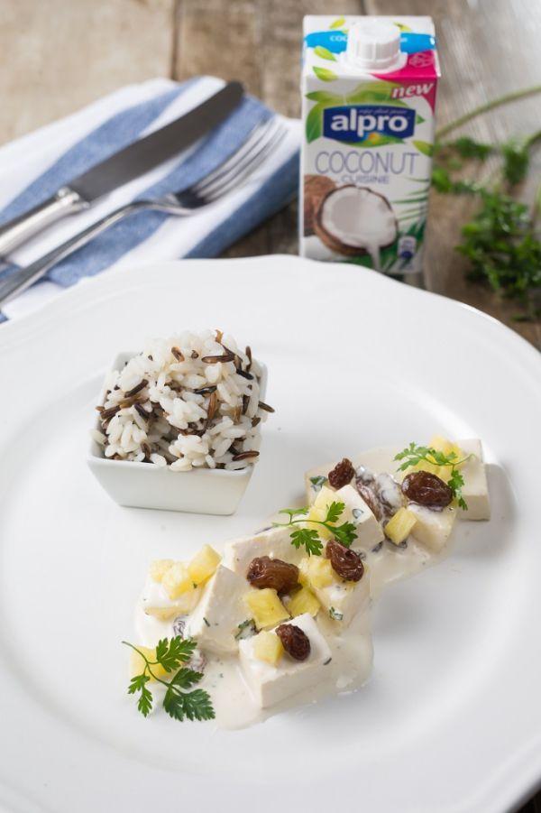 Netradičné ragú z tofu s ananásom, hrozienkami a kokosovou smotanou s divokou ryžou