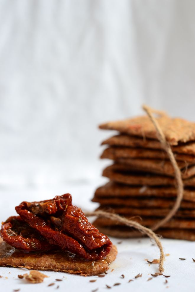 Wholemeal crackers with sun dried tomatoes and caraway seeds