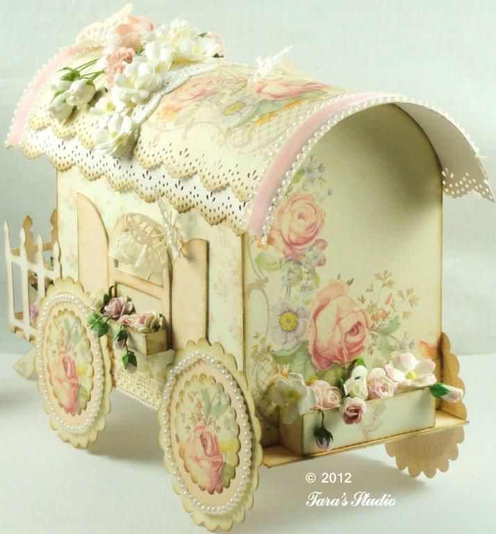 Linda carroça estilo Vintage, feita de papel grosso, próximo ao papelão. É de uma delicadeza, que trouxe para vocês apreciarem e fazer par...