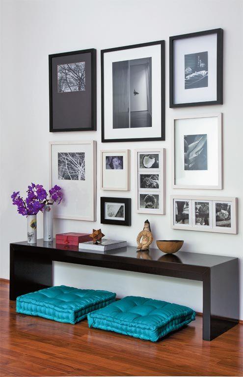 Decoração com fotografias em ambiente com cores fortes