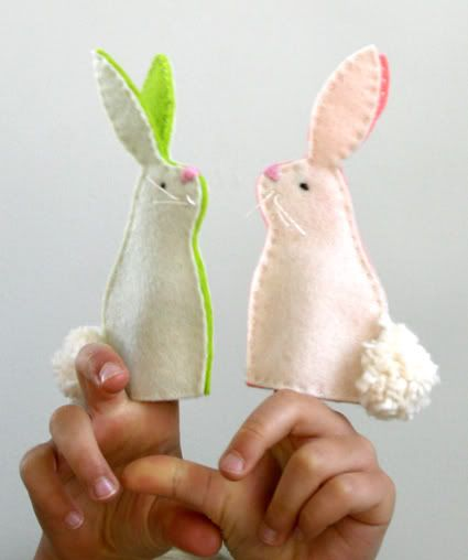 Free PDF pattern download for these cute felt bunny finger puppets. #easter #diy