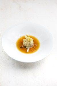 Leckere Suppe mit einem Consommé mit Szechuan-Pfeffer sowie Enten-Wan-Tans gefüllt mit confierter Entenkeule. Nach Heston Blumenthal.