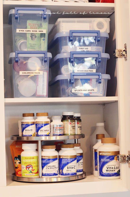 Pequeno armário com medicamentos e material de primeiros socorros.