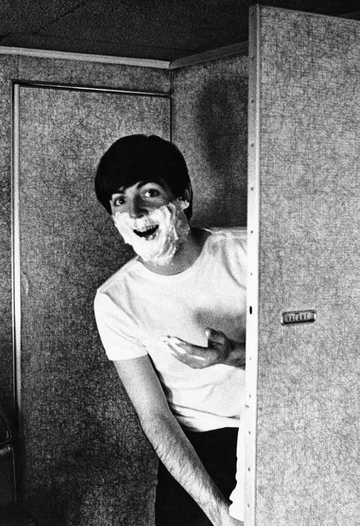 Paul McCartney shaving, photo by Harry Benson, 1964 (via This is Not Porn)