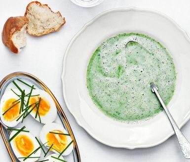 Våren bjuder på härliga nässlor som inte bara är roliga att plocka utan även kan användas till den här lysande soppan. Enkel, snabblagad och magiskt krämig.