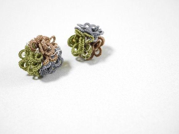 tatting laceという技法で編んだモチーフです耳元に小さなレースのアシンメトリーなお花ブーケ優しい女性らしさをぐっとひきだします◆配色 カーキ ベージ...|ハンドメイド、手作り、手仕事品の通販・販売・購入ならCreema。
