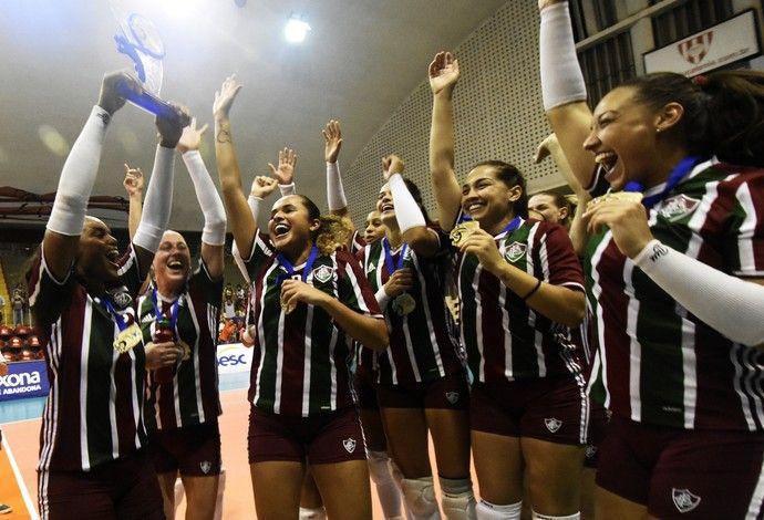 Fluminense campeão carioca de vôlei feminino, com a taça (Foto: Mailson Santana/ Fluminense FC)