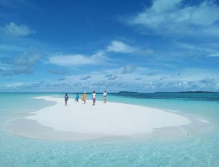 One of the most beautiful stretches of white sand on the planet. Location : Pantai Ngurbloat, Pulau Kei  Photo by : @pricy88 www.tukangjalan.com . . . #pantaingurbloat #pantaingurtavur #tukangjalan #Tukang_Jalan #tukangjalantrip #kepulauankei #explorekei #trippulaukei #opentrippulaukei #keibesar #keikecil #keimalukutenggara #wisata #wisatamalukutenggara #pantaiohoidertawun #goahawang #pantaipasirpanjang #pesonaindonesia #indonesiaonly #exploreindonesia #travelling #liburanmurah #liburan #