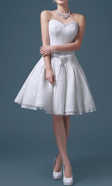 Kurzes Kleid mit Vintage Charakter in Princess Linie, mit Herzförmigen Korsage Oberteil und weit ausgestelltem Faltenrock, romantisch verspielt, komplett aus Spitze, eine Schleife betont die schmale Taille.