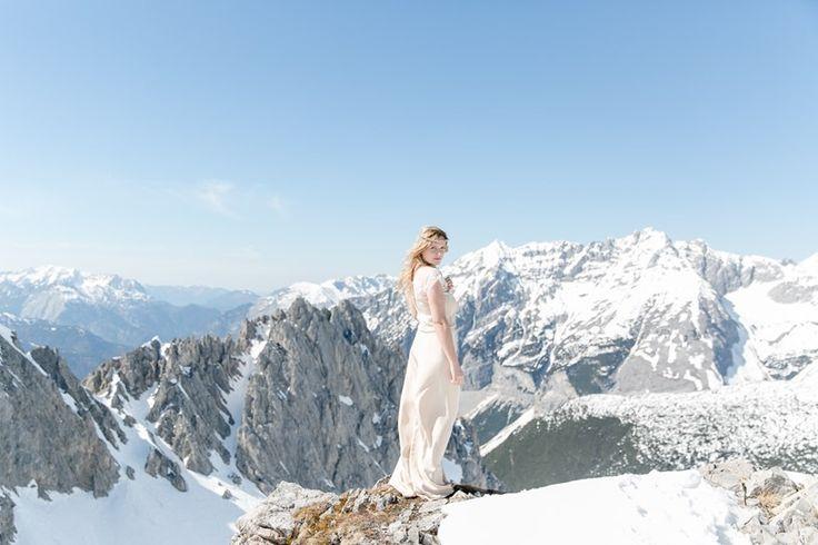 Fotografin: Stefanie Fiegl Photography. Braut in atemberaubender Kulisse der Nordkette Innsbruck. Brautshooting outdoor. Mehr: http://hochzeits-fotograf.info/hochzeitsfotograf/stefanie-fiegl-photography-arts
