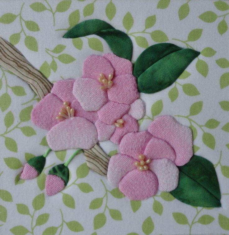 Caixa em MDF, forrada em tecido 100% algodão e internamente com EVA. A tampa trabalhada em patch embutido com motivo de flores.  As estampas dos tecidos podem variar de acordo com a disponibilidade no estoque.  Por favor, para duas ou mais peças, solicitar o orçamento do frete.