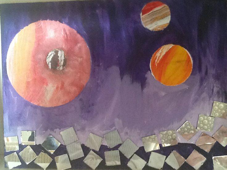 Planet/speil bilde. Likte på noen speil biter og malte planeter ved å male rundt kroker og cd-plater.