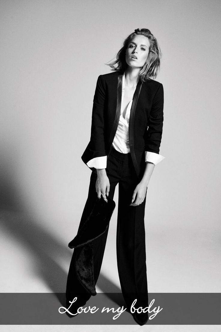 Deri detaylı modern bir blazer, beyaz gömlek ve siyah kumaş pantolon ile klasik şıklık tanımlarından uzaklaşıp, androjen bir seksapele kavuşabilirsiniz.
