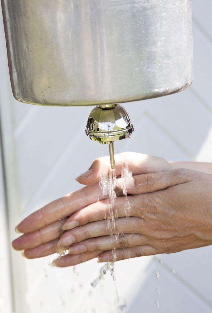 Kädet on mökkioloissakin mukavampi pestä juoksevan veden alla kuin pesuvadissa lotraten.