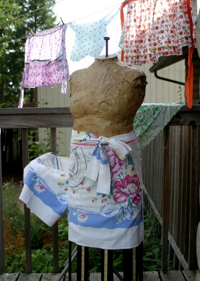 vintage tablecloth apron.....Hey...I have this tablecloth :): Bit Crafty, Farmhouse Aprons, Apron Ties, Tablecloth Aprons, Tablecloth Apron Hey I, Vintage Tablecloth, Craft Booth, Craft Ideas
