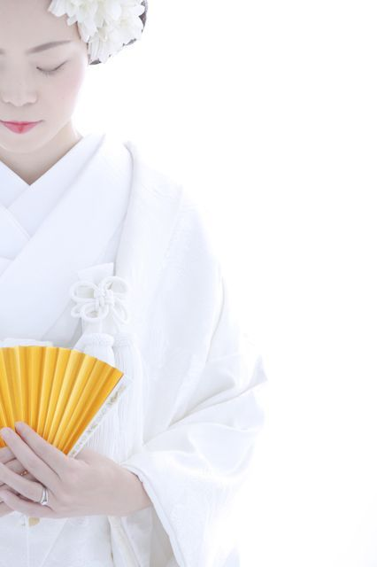 Japanese bride in white uchikake over-kimono.  Photography by Mar-Kun on photohito