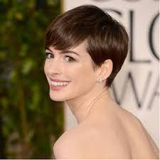 Anne Hathaway - Coupe garçonne très courte mais néanmoins féminine