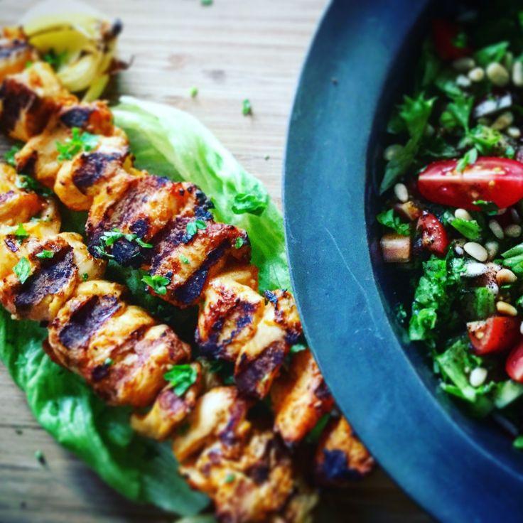 Sense kur madplan, Fredag: Kylling shishkebab og Fatoush  Vi skal et lille smut til Mellemøsten med denne ret. Salaten er en klassiker i Tyrkiet hvor jeg jo har lidt rødder via min fader. Det skal dog siges at i Tyrkiet er navnet ikke