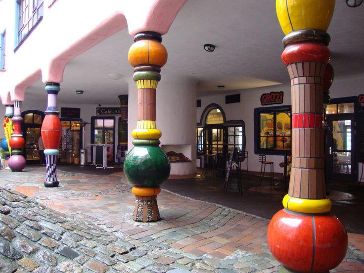 Fantasievolle Säulen (Hundertwasserhaus Magdeburg) von ...