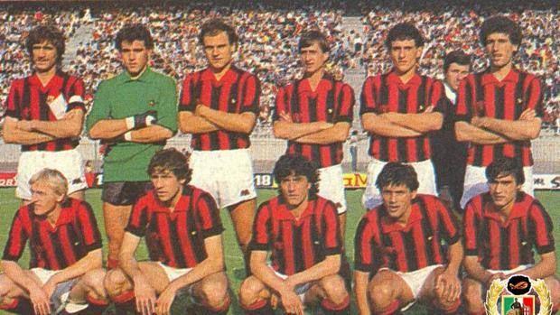 La formazione del Milan anti-Feyenoord del 16 giugno 1981. Cruijff è il quarto in piedi da sinistra. magliarossonera.it