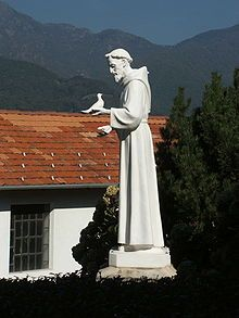 Francesco d'Assisi - Religioso e poeta italiano, santo della chiesa cattolica.La sua tomba è meta di pellegrinaggio per decine di migliaia di devoti da tutto il mondo. La sua citta' natale Assisi è assurta a simbolo di pace dopo aver ospitato 3 grandi incontri tra gli esponenti delle maggiori religioni del mondo.