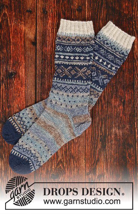 Gestrickte Socken in DROPS Fabel. Die Arbeit wird …