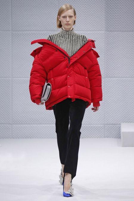 Modelka w czerwonej kurtce puchowej z jesienno-zimowej kolekcji Balenciaga.