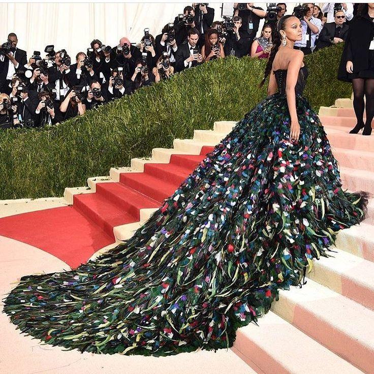 ����В предверии #metgala хотелось бы вспомнить потрясающее платье жар-птицы от #dolcegabbana , в котором появилась ⭐️Зои Салдана на Met Gala 2016. В тот вечер она, как и Рианна поразили многих гостей. Очень интересно, появится ли в этом году актриса и чем удивит на этот раз.�� Как вам платье? ------- ✔️#zoesaldana #hollywoodstar#слухи#сплетни#paparazzi#celebrity#celebritystyle#celebritykids#celebritynews#hotnews#hollywood#superstars#shopping#girlfriend #fashionstyle#glamur#bestoftheday…