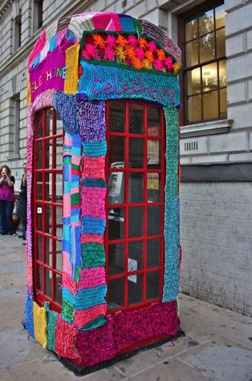 De vrolijkste telefooncel ooit