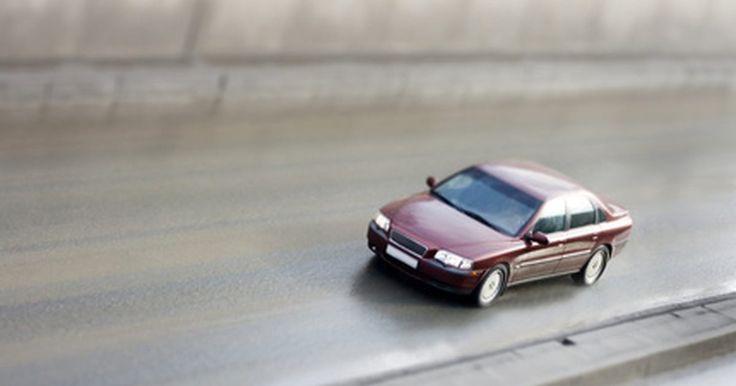 Cómo cambiar un filtro de combustible en un Honda Civic 1994. El filtro de combustible de tu Honda Civic es la parte del sistema que separa la suciedad y otras impurezas. Después de que el combustible pasa por el filtro, va al inyector. El simple proceso de cambiar el filtro de combustible regularmente ayuda a que tu auto funcione correctamente.