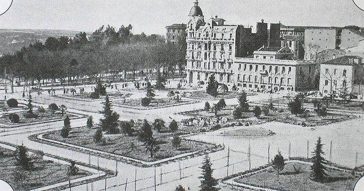 1918. La Plaza de España cuando aún no se había construido el monumento a Cervantes. Arriba en el centro la Casa Gallardo, y al fondo el Cuartel de la Montaña.