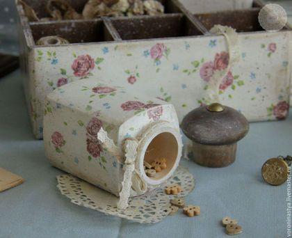 Купить или заказать Набор Little garden в интернет-магазине на Ярмарке Мастеров. Набор состоит из деревянной подставки с шестью ячейками и деревянной баночки. Можно хранить в ней различные мелочи для рукоделия: нитки, иголки, пуговицы и т.д. Можно хранить в ней заколки, резинки, баночки - дезодоранты, расчески. А можно использовать на кухне под банки со специями. Деревянная баночка декорирована бантом из кружева и бечевки. . . .
