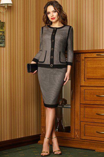 Дизайнерский костюм выполнен в стиле а-ля «Chanel», современная интерпретация Парижской классики. Костюм выполнен из костюмной ткани в сочетании с черным однотонном. Жакет полуприлегающего силуэта с накладными карманами (карманы функциональные) и округлым вырезом, вырез оформлен отрезной обтачкой. Перед оформлен отрезной планкой с центральной застежкой на петли и пуговицы. Спинка со средним швом и талиевыми вытачками. Рукава втачные, свободные. Юбка карандаш с отрезным поясом, ...