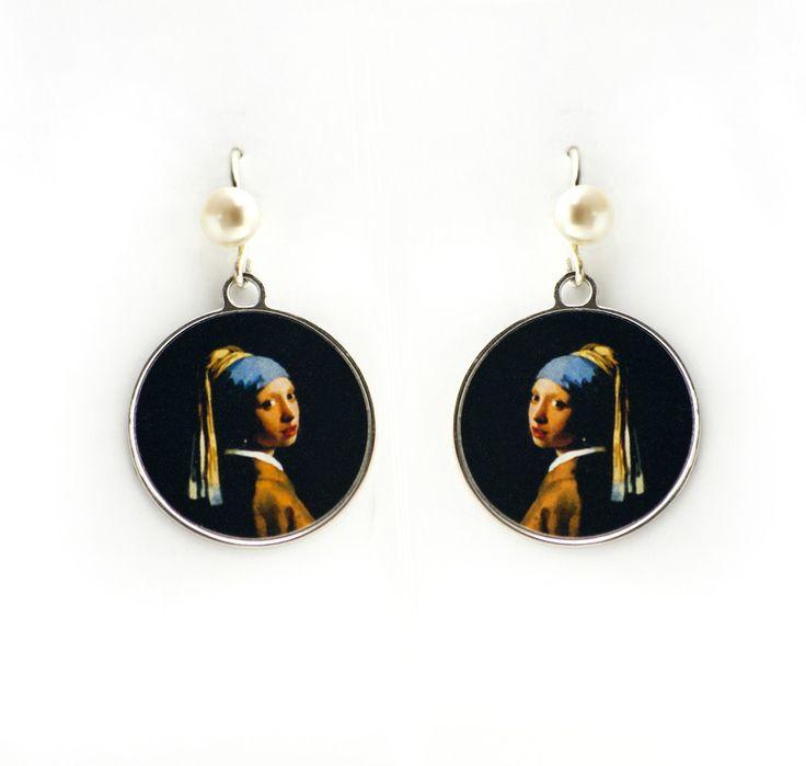"""Brinco com fotografia do quadro """"A Moça do Brinco de Pérola? de Johanees Vermeer, considerado um dos primeiros pintores ópticos, usando a """"camara lúcida"""" em suas pinturas. <br>As fotografias do quadro são impressas em padrão fine art e protegidas com suave verniz impermeabilizante. <br>Encaixe da orelha - prata 950 <br>base - banho de ródio <br>pérola cultivada em água doce."""