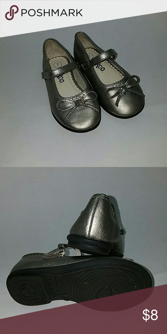 Little girls sz 7 silver strappy shoe with bows Like new little girls silver shoes with straps biws and a heart detail on the sole Circo Shoes Dress Shoes