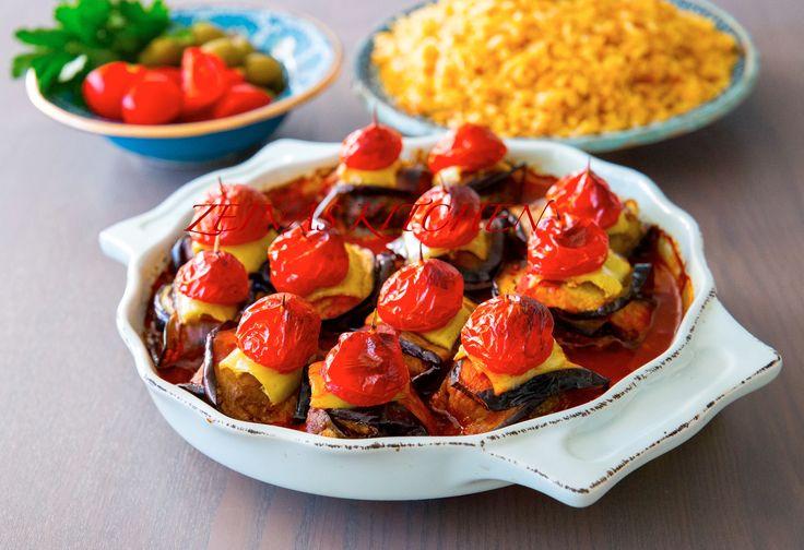 Denna turkiska maträtt är SÅÅÅ god. Saftiga biffar som viks in i auberginepaket och som sen tillagas i tomatsås. Underbart när alla smaker blandas samman. Jag serverar min islim kebab med risoni pilaff, ljuvligt! Kan även serveras med ris, bulgur eller bröd. Recept på risoni pilaff hittar du HÄR! 4 portioner 3 st aubergine Ca 8 st cocktailtomater 2 st sivri (kan bytas ut mot färsk chili eller paprika) Biffarna: 400 g köttfärs 1 riven eller finhackad gul lök 1 ägg 0,5 dl ströbröd Ca 0,5 dl…